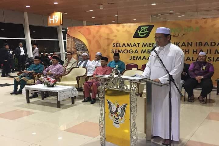 YB Dr. Haji Abdul Rahman Haji Junaidi, Menteri Muda Elektrik Luar Bandar Sarawak Mengucapkan Selamat Jalan kepada seramai 150 orang jemaah haji dari KT32Q ( MH8199)