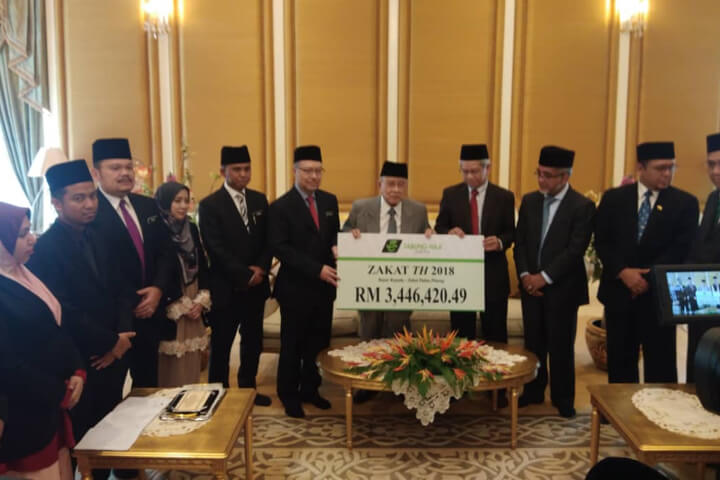 Tabung Haji (TH) today pays zakat amounting to RM 3,446,420.49 for the financial year ending 2018 to Zakat Pulau Pinang in a brief ceremony at the Official House of Penang Chief Minister, Seri Mutiara, Main Street, Pulau Pinang.