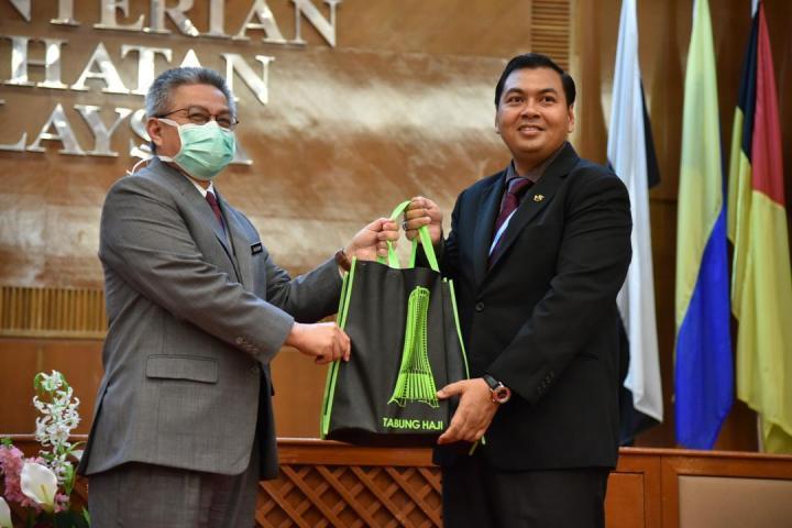 Sumbangan 205 Botol Air Zam-zam Kepada Kementerian Kesihatan Malaysia (KKM)